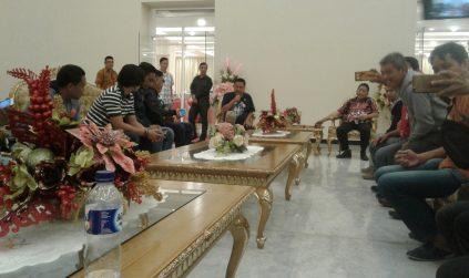 Menjalin Silaturahmi Dan Keakraban, Gubernur Olly Dondokambey Sahur Bersama Para Wartawan JIPS